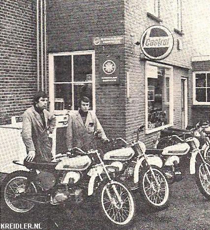 Klaas Knoll en André Gebben (links) voor de motorzaak in Rouveen met de Gebben-Kreidler machines.