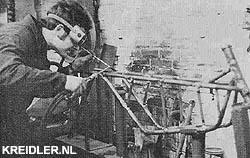 Jan van den Biggelaar bezig met het lassen van het speciale frame voor een opgevoerde 50 cc racer.
