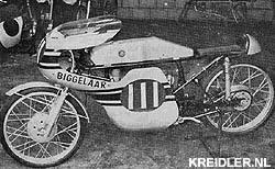 Raceklaar staat deze machine in de werkplaats van Jan van den Biggelaar op het begin van het seizoen te wachten