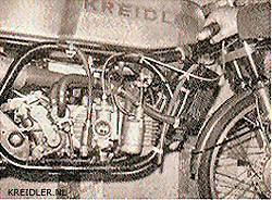 Op zijn kop: Daar de uitlaat volgens het Suzuki voorbeeld bovenom moest lopen, draaide men de motor eenvoudig om.