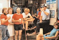 Idylle in de pits. Herbert Rittberger met zijn vrouw Ulla (links naast hem) en zijn succesvolle team uit 1983 in Brünn.