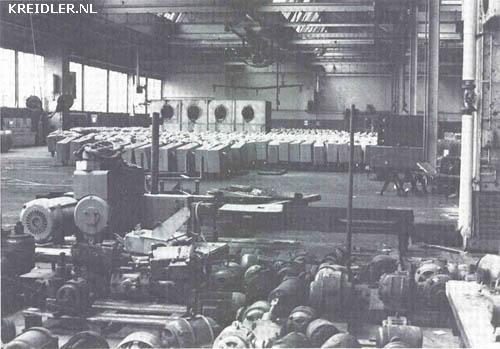 Een deprimerend beeld In de hallen te Kornwestheim waar nu de machines van de metaalafdeling gedemonteerd en voor een groot deel tot schroot worden verwerkt, wachten nieuwe Kreidler tweewielers op bestellingen. Ongeveer 10 000 stuks staan in binnen en buitenland op voorraad.