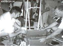 Gilles Romero, links, en Nick Leeflang spitten een kist met Kreidler onderdelen door.