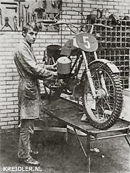 André Gebben bij de door hem ontwikkelde 50 cc Gebben-Kreidler, waarvan een kleine serieproduktie opgezet zal worden.