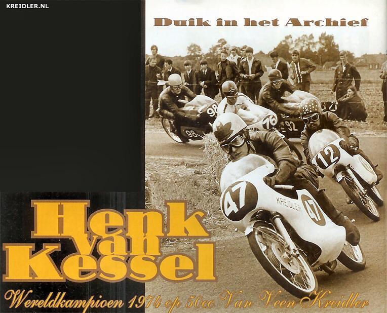 Hengelo 1969, 47/Henk van Kessel, hier nog met een Bill Ivy blaadje op zijn helm, op weg naar zijn eerste KNMV wegracekampioenschap in de 50cc klasse. In deze race werd hij ondanks een vastloper toch tweede achter winnaar Bennie Maatkamp, andere oude bekenden zijn 12/Hans Knoppers, 92/Ton Kooyman, 76/Wim Spruit en 98/Rob Jansen. Alle genoemden Kreidler rijders m.u.v. Wim Spruit die op een Garelli rondstuurde.