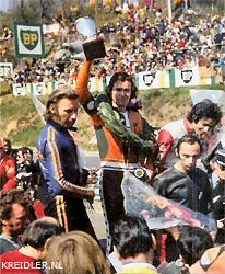 ClermontFerrand 1974. Een dolgelukkige Henk van Kessel met links Rudolf Kunz die tweede werd en rechts Otello Buscherini, de derde man uiteraard. In de 125cc klasse stond Henk ook op de eerste rij bij de start, maar schakelproblemen zouden aan alle verwachtingen een voortijdig einde maken.