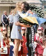 Anderstorp '74; Henk geniet duidelijk met volle teugen van zijn overwinning in 50 cc klasse. De Champion-promotie-dames op de achtergrond zien dat de kiss-miss haar taak serieus opvat.