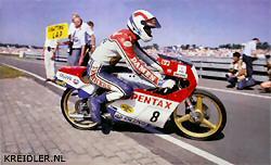 Assen 1986. Voor de laatste maal in actie tijdens de TT van Assen met een 80cc Krauser en voor de laatste maal ook kon Henk genieten van het racen voor meer dan 100,00 toeschouwers. Het werd het laatste seizoen voor Henk en alleen op Hockenheim kon hij nog in twee races respectievelijk twee en drie WK punten scoren. Daarna was het over en uit voor Henk en zijn vele fans