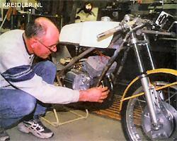 Mill 1999. Tegenwoordig is Henk weer regelmatig in zijn werkplaats te vinden zoals hier bij de restauratie van een 125 Yamaha racer. Daarnaast is hij volop bezig met het in nieuwstaat brengen van 50cc racers die straks moeten pronken in het 50cc museum van Ton van Deutekom.