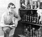 Henk van Kessel naast zijn prijzenkast, 1973