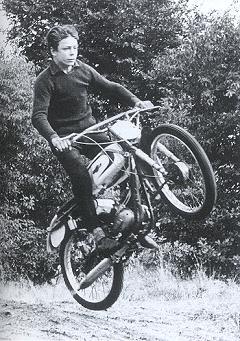 1968, Chris beult een verbouwde Typhoon af op de plaatselijke crossbaan