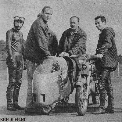 Het recordteam van Kreidler in 1967. Links Kunz, rechts Jan de Vries. De recordmachine werd op rollen gestart.