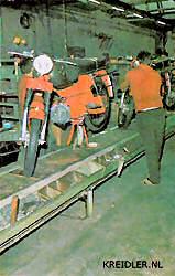 Een kijkje in de Kreidler fabriek in West Duitsland.
