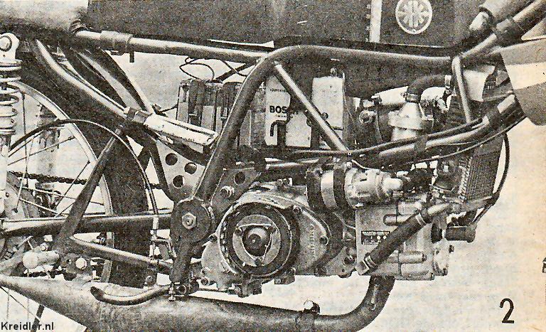 De thermostaat en pomp zijn aan de rechterzijde van de motor gemonteerd (foto 2)