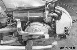 Inlaatdemper, luchtfilter, carburateur zitten allemaal onder het rechter schild.