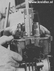 Het opmeten van de cilinderhoogte. Let op dat de cilinder bij alle metingen aangetrokken staat.