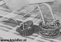 Tip: steek geen schroevendraaiers in de koppeling bij demontage. Maak van oude platen zoals op de foto gereedschap (binnen en buiten). Enorm handig!