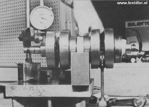Een twinas in V-blok met op de linkerzijde een micrometer om de zaak recht te zetten. De wijzer moet bij draaien stilstaan.