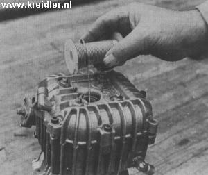 De speling tussen zuiger en kop kan bij gemonteerde motor met een stukje soldeertin bekeken worden.