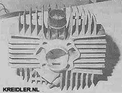 De cilinder met het extra ingefreesde spoelkanaal in de cilinderwand.