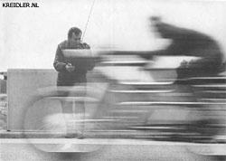 Hier wordt door de voormalige wereldrecordhouder van de 50 cc.-klasse, Ernst Degner, de nieuwe Kreidler Florett RS met race-set getest. Zijn mening: 'werkelijk iets bijzonders.'