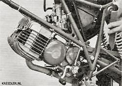 De motor wordt op drie plaatsen aan het lichte buisframe bevestigd. Tussen de beide frame driehoeken zit het huis voor de luchtfilter met daarin een uitwasbaar schuimfilter. De Bing carburateur met een tweestanden choke en een vlotter.