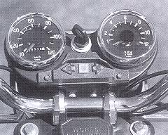 Toerenteller en snelheidsmeter werken iets minder nauwkeurig dan moderne instrumenten.