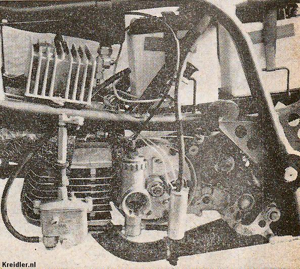 De linkerkant van het motortje is het meest interessant: boven de cilinder zit het van koelribben voorziene elektronische ontstekingssysteem, de opnemer zien we rechts van de kruktap. Het cilindertje daarvoor dient om het brandstofpeil bij remmen en accelereren constant te houden. De frameconstructie is gelijk aan die van de laatste fabrieksracers en recordmachines.