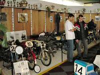 Andy en Ries kijken naar de racers in het museum in Lexmond, 2004