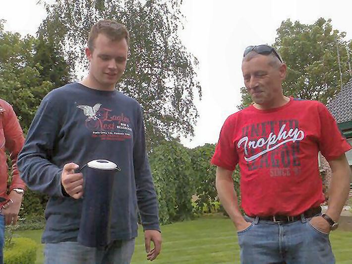 Goede gastheer Ries met een bakkie koffie voor zijn gasten