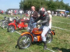 Ries op de Kreidler Mustang Cross Neede 2009 met Theo er naast.