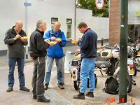 Tjerry (tvdzijden) - Kreidlerclublid mei 2008 - Patatje eten met zijn maten, hier vlnr broers Aad en Marcel (de wilde 13), Tjerry en Gert (alfasud)