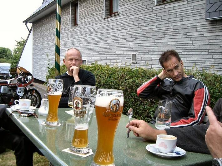 Johan (Emilio) - Kreidlerclublid oktober 2009 - Een gele rakker op een terrasje